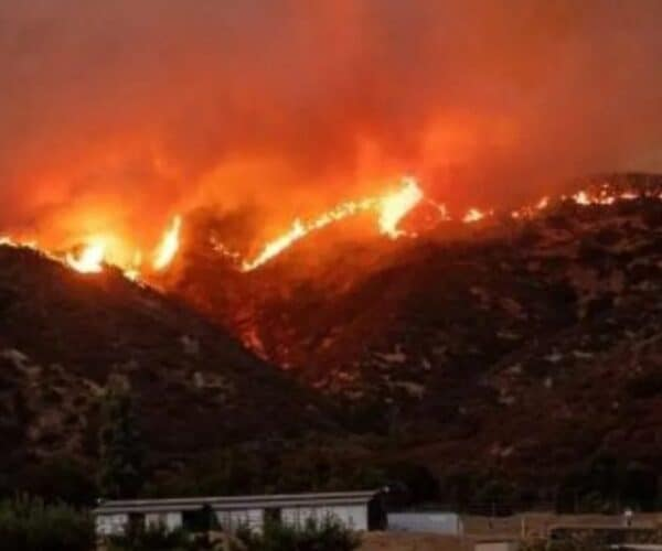 A fire near Los Angeles (USA) forces 60,000 people to evacuate