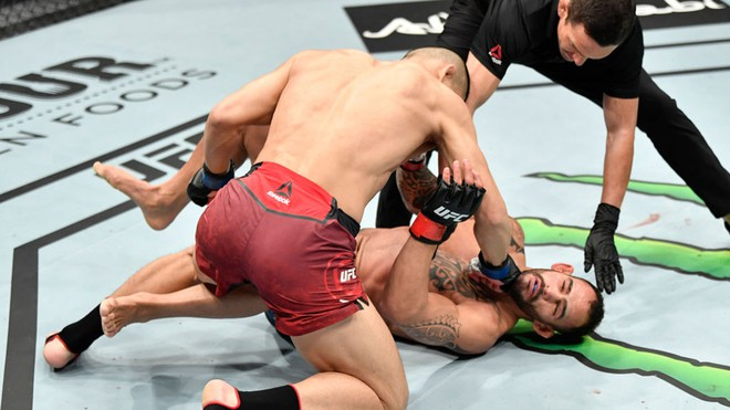 Santiago Ponzinibbio Is Knocked Out By Li Jingliang At UFC Figth Island 7.